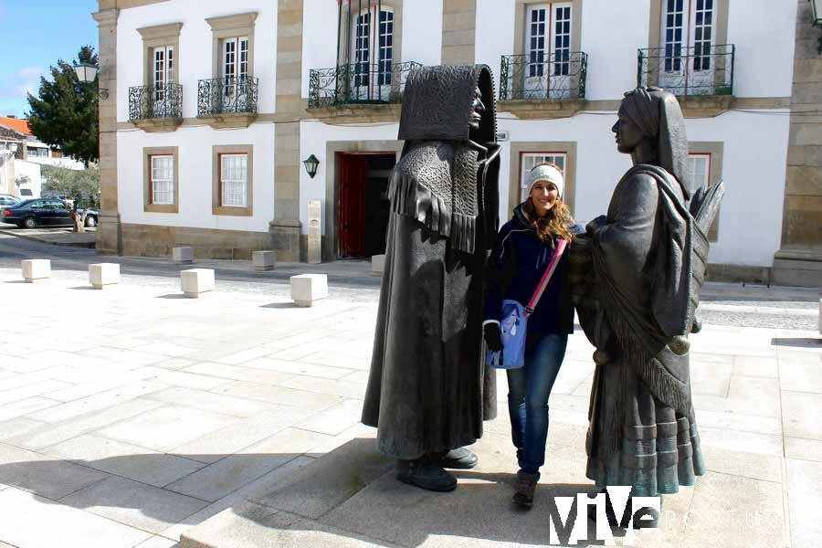 Monumento dedicado a una pareja de mirandeses con sus atuendos típicos