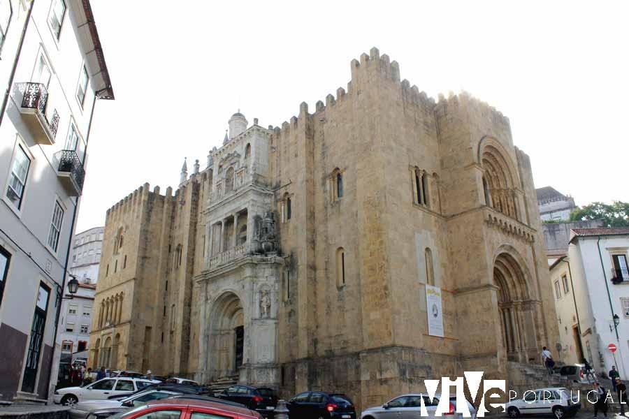 Fachada de la Sé Velha que visitar en Coímbra