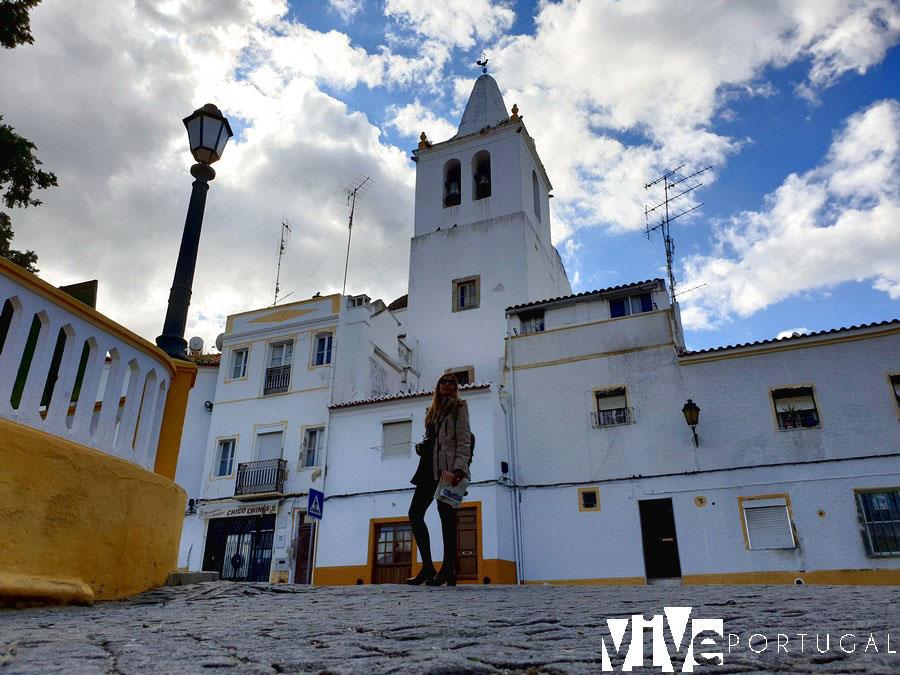 Una calle de Elvas con la torre de la igreja de São Pedro al fondo