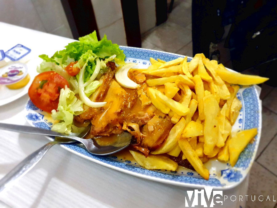 Pierna de cerdo al horno con salsa del restaurante Os Elvenses