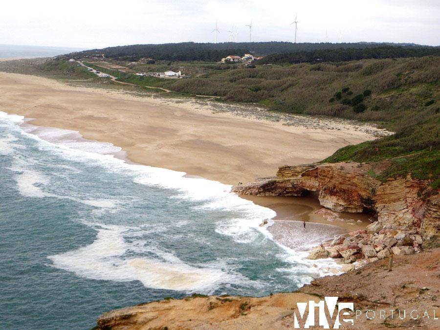 Vista de la praia do Norte, en absoluta calma qué ver en Nazaré