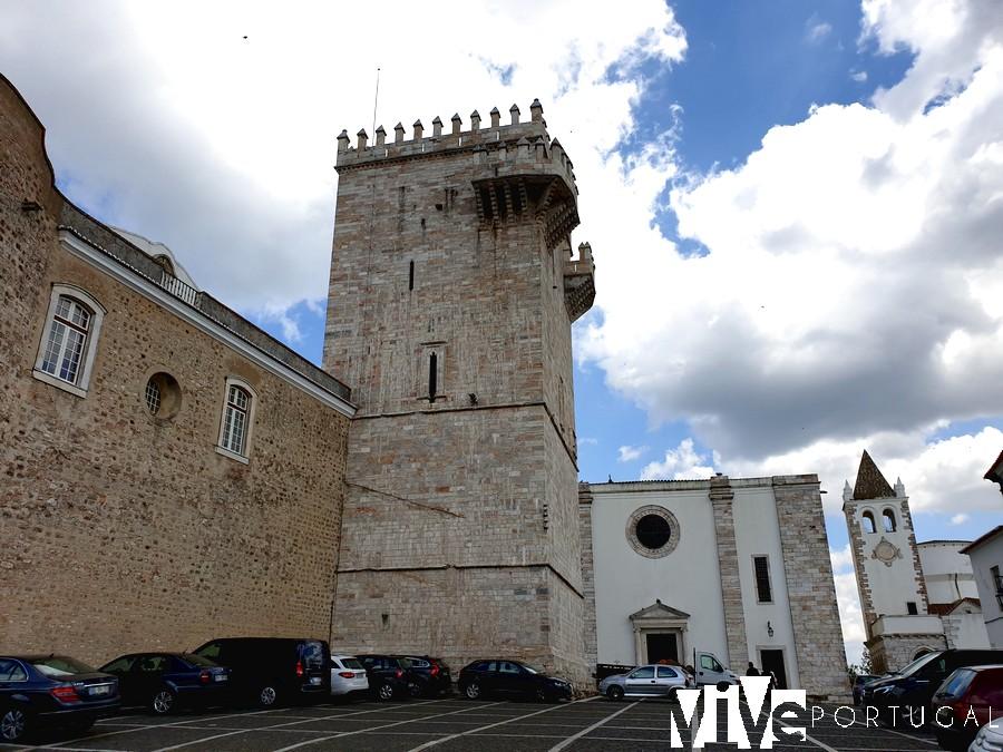 Vista de la torre del Paço Reial con la igreja de Santa Maria y la torre de los Paços do Concelho al fondo