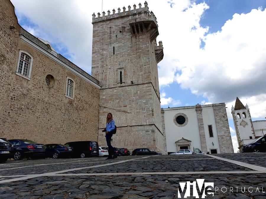 Estefanía ante la torre del Paço Reial qué ver en Estremoz
