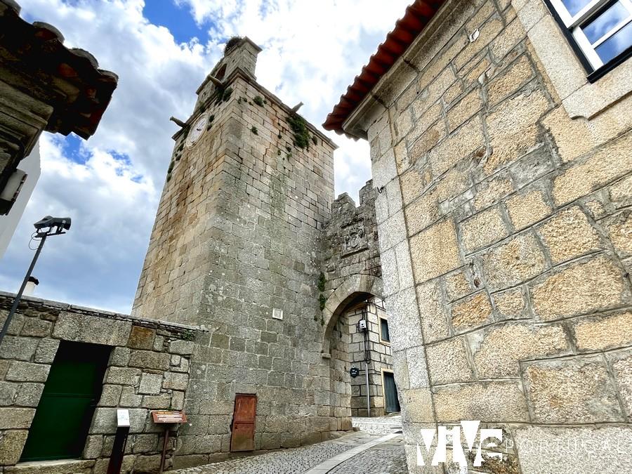 Torre sineira e Porta da Vila